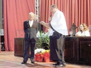 Nei Lopes recebe o título de Doutor Honoris Causa das mãos do Reitor Ricardo Motta Miranda – Foto Divulgação