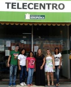 A SECRETÁRIA de Trabalho e Emprego, Márcia Lopes, junto à equipe do Telecentro. (FOTO DIVULGAÇÃO / LEVI OLIVEIRA)