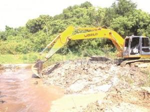 A dragagem já foi realizada em cerca de 800 metros do Canal da Capinheira, localizado no Km 39, melhorando significativamente a drenagem das águas pluviais. (Fotos Luiz Calderini)