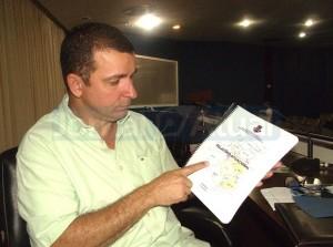 O SECRETÁRIO de saúde Marcelo Tinoco mostra o catálogo de diagnóstico dos problemas e garante mudanças. (FOTO BRUNA RODRIGUES)