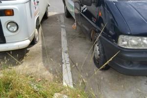 Carros avariados pelos vandalos. FOTO: SEROPEDICA ON LINE