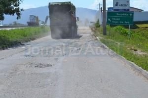 Caminhões de lixo passam diariamente na via em frente ao PátioMix que dá acesso a Reta de Piranema. (FOTO FLÁVIO BARBOSA )