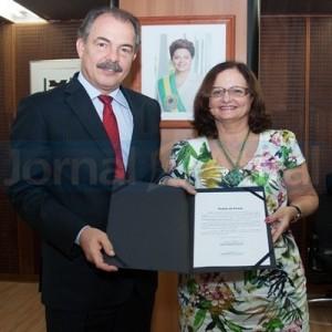 PRIMEIRA MULHER a comandar a UFRuralRJ, reitora Ana Dantas tomou posse no gabinete do ministro Aloizio Mercadante. (FOTO JOÃO NETO/ MEC)