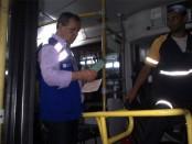 Agente do Procon Estadual vistoria ônibus da Real Rio, em Seropédica